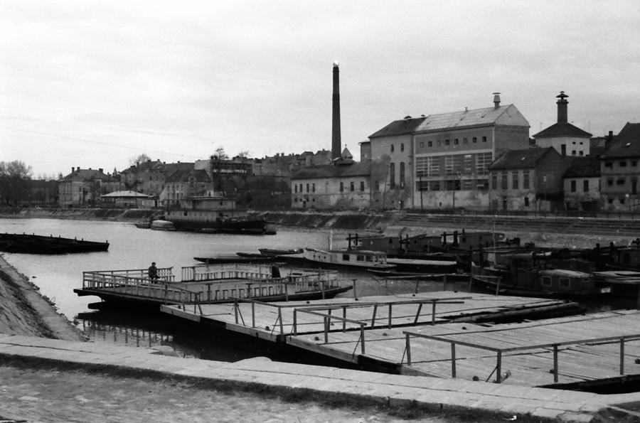 Stari Osijek - Zimska Luka 2  Jos fotki starog Osijeka: [url=http://www.osijek031.com/viewtopic.php?t=10235]Osječki antikvarijat + Osijek koji nestaje[/url]  [b]Negativ posjeduje Goran Kolačko, autor nepoznat.[/b]  Ključne riječi: zimska luka drava