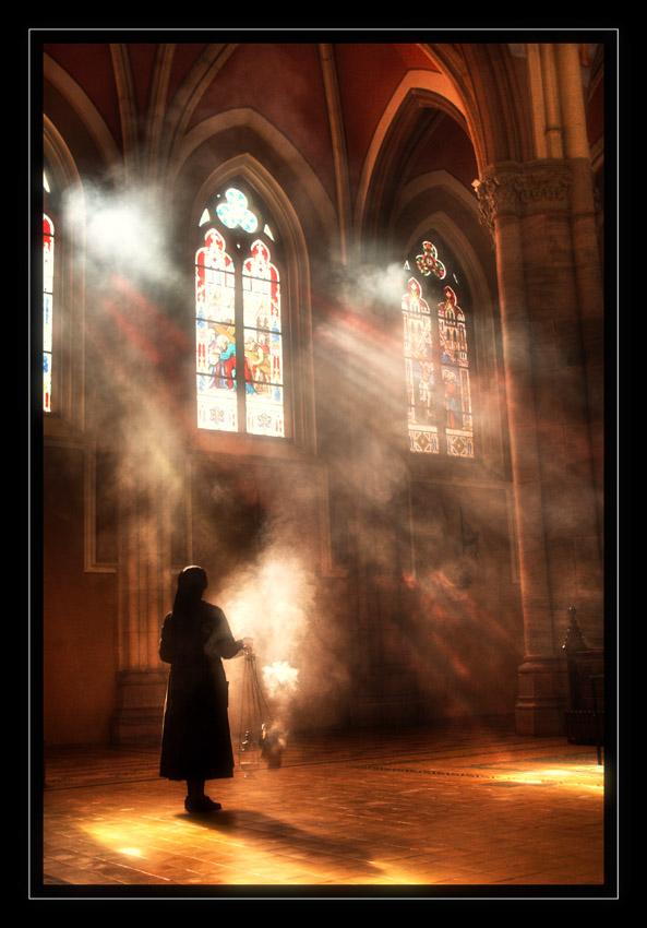 Miris tamjana  foto: [b]Vedran Marjanović[/b]  Ključne riječi: katedrala tamjan casna sestra