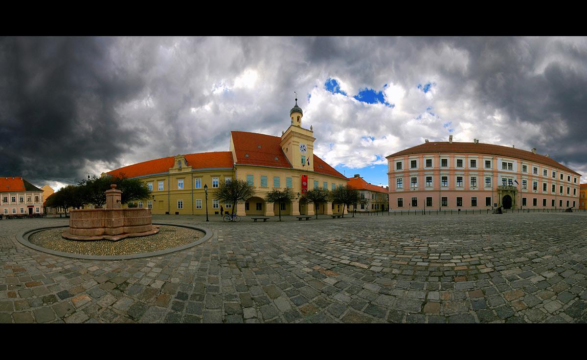 Tvrđa  foto: [b]Samir Kurtagić[/b]  Ključne riječi: tvrda panorama oblaci tmurno