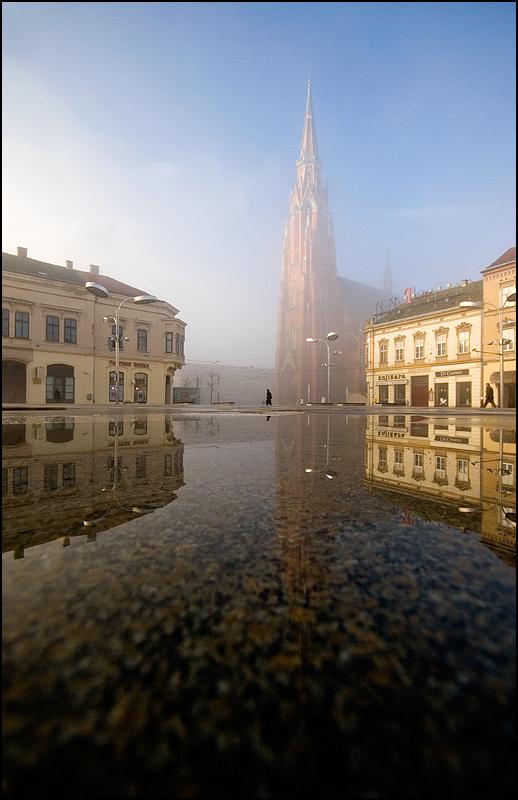 Trg  Foto: [b]Samir Kurtagić[/b]  Ključne riječi: trg ante starcevica magla