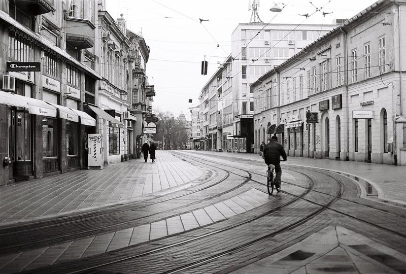 Zavoj  Foto: [b]Ante Delač[/b]  Ključne riječi: trg kapucinska biciklist kisa