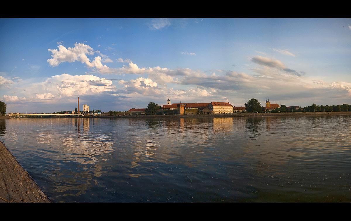 Pogled na grad  Foto: [b]Samir Kurtagić[/b]  Ključne riječi: pogled drava oblaci nebo
