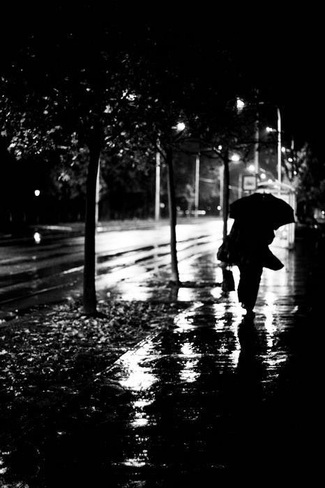 Kišni dan  Foto: [b]Réka Valkai[/b]  Ključne riječi: kisa noc ulica kisobran