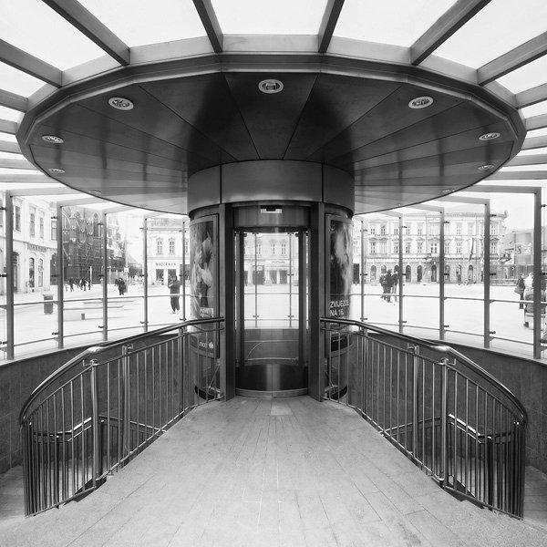 Ulaz  Foto: [b]Vladimir Živković[/b]  Ključne riječi: pothodnik ulaz crno bijelo centar