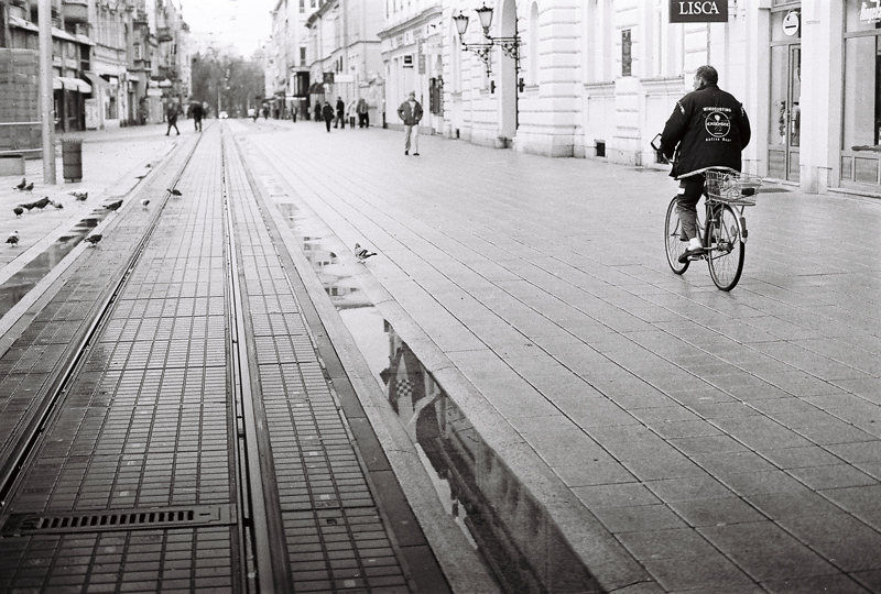 Zastava  Foto: Ante Delač  Ključne riječi: trg kisa bicikl biciklist zastava
