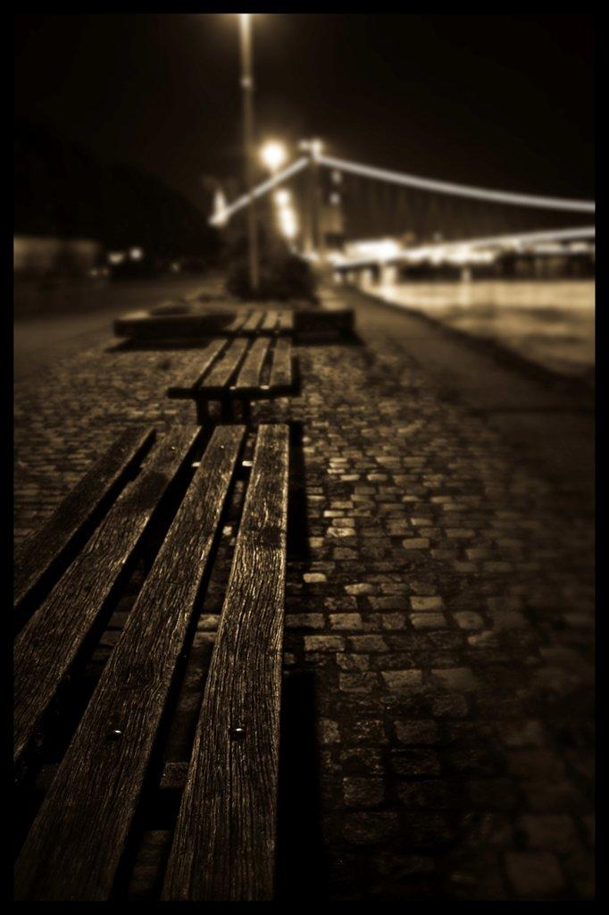 Tri usamljene  Foto: profi23  Ključne riječi: klupe promenada