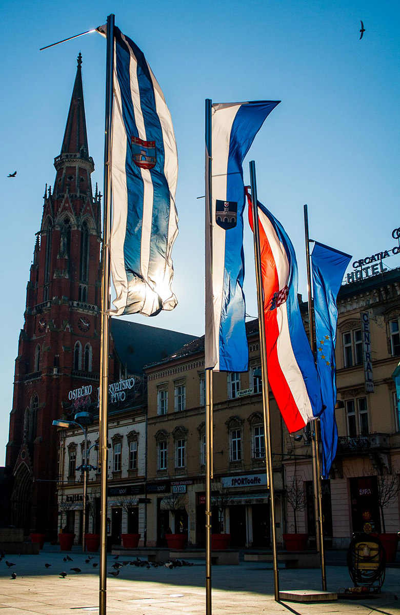 Zastave  Foto: Gabrijel Skrenković  Ključne riječi: Zastava Hrvatska Trg Sunce