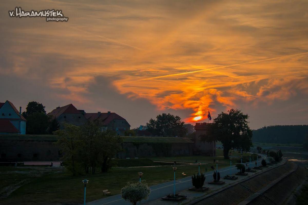 Laku noć!  Foto: Vatroslav Haramustek  Ključne riječi: Nebo Priroda