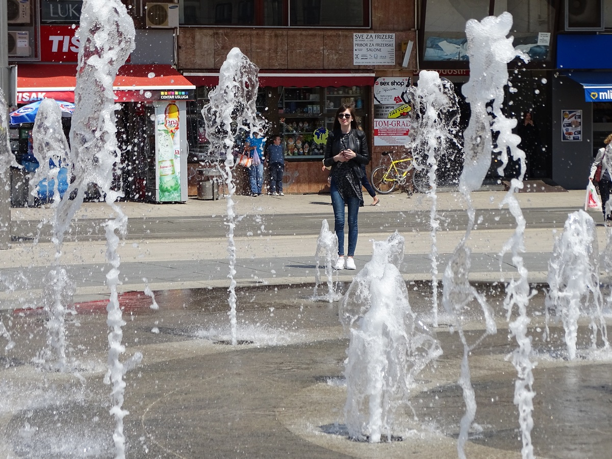 Kroz fontanu  Foto: Jasminka Vuković  Ključne riječi: Fontana Voda Grad Ljudi
