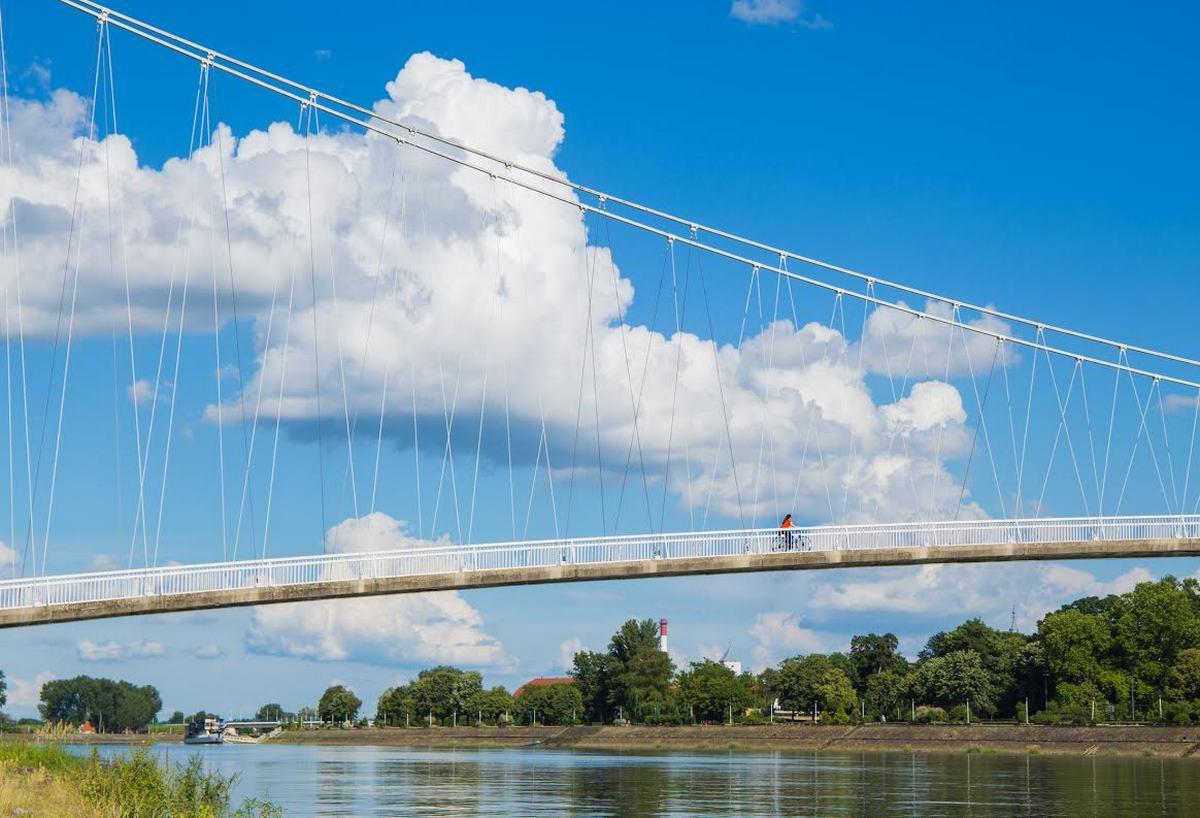 Vožnja   Foto: Josip Stević  Ključne riječi: Oblaci Most Drava Bicikl Ljudi Priroda Grad