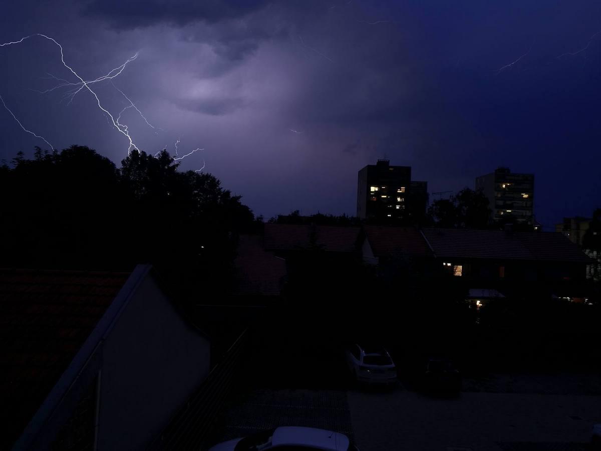 Bilo je munjevito!  Foto: Ivan Krešić  Ključne riječi: Munje Nebo Nevrijeme Noc