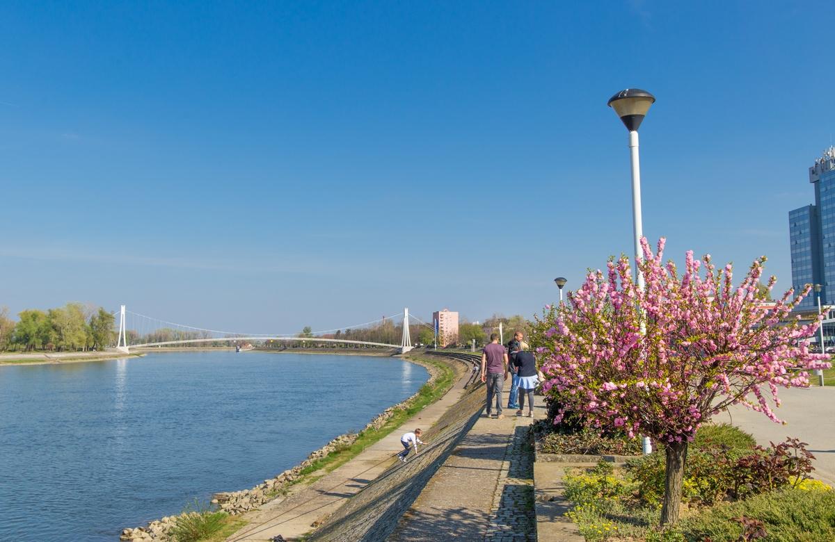 U šetnji  Foto: Josip Stević  Ključne riječi: Drava Grad Most Setnja ljudi