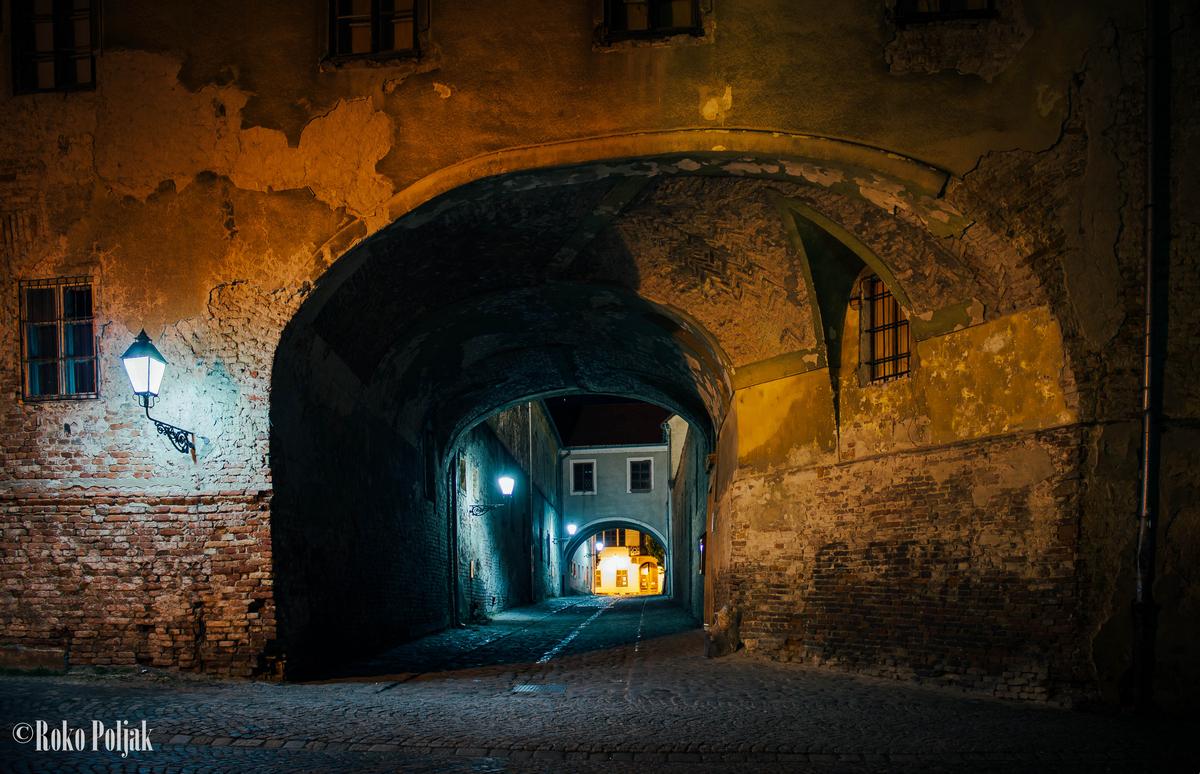 Kroz prolaz  Foto: Roko Poljak  Ključne riječi: Noc Zgrada Prolaz Priroda