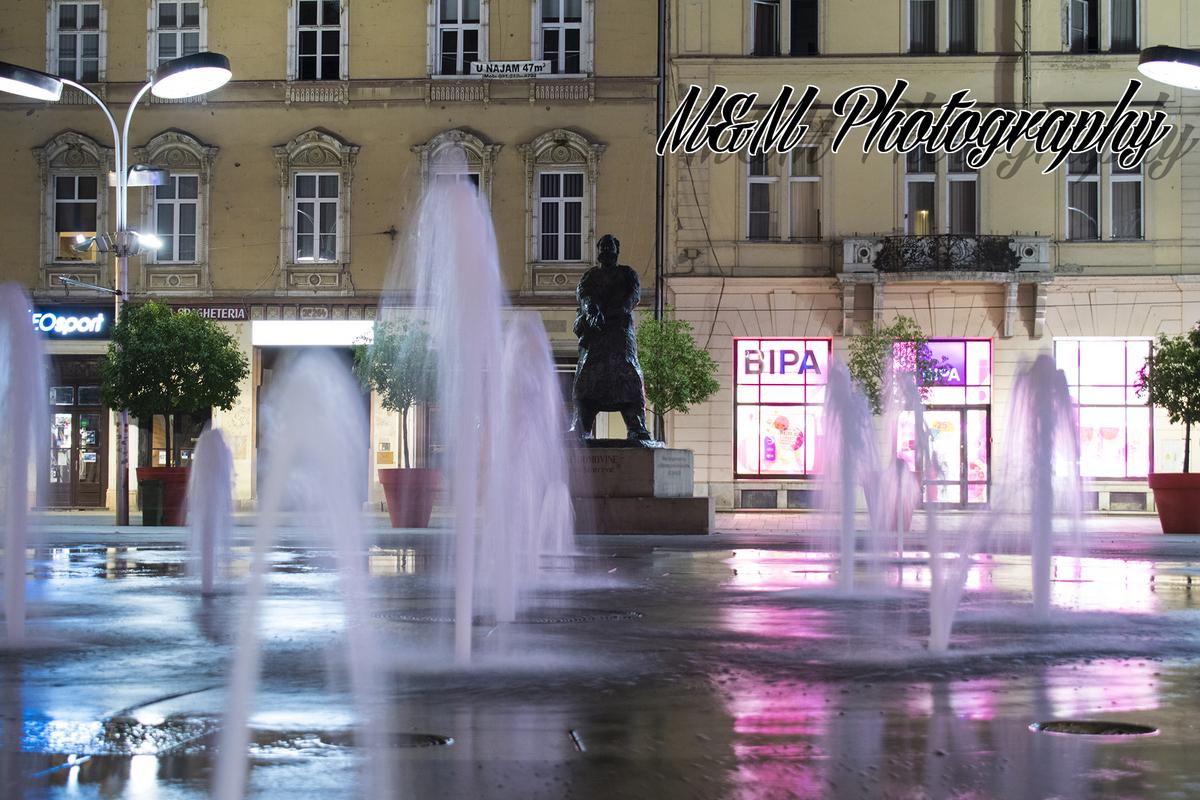 Kroz fontanu  Foto: Mario Kramar  Ključne riječi: Fontana Trg Zgrade