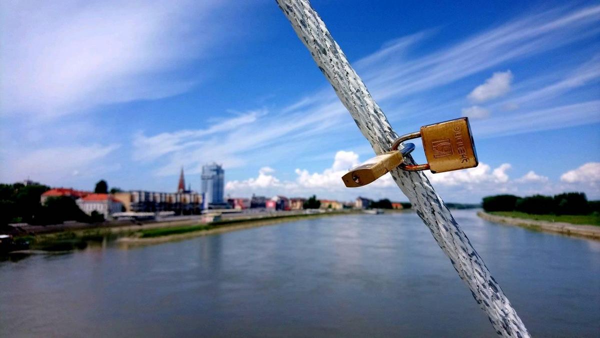 Ljubav na mostu  Foto: Goran Antić  Ključne riječi: Drava Ljubav Priroda Oblaci Grad