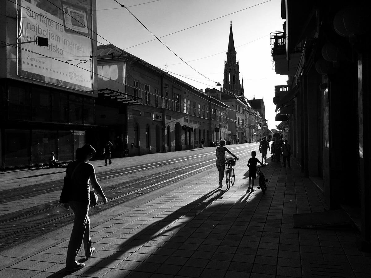 U prolazu  Foto: Andrej Skeledžija  Ključne riječi: Korzo Ljudi Setnja