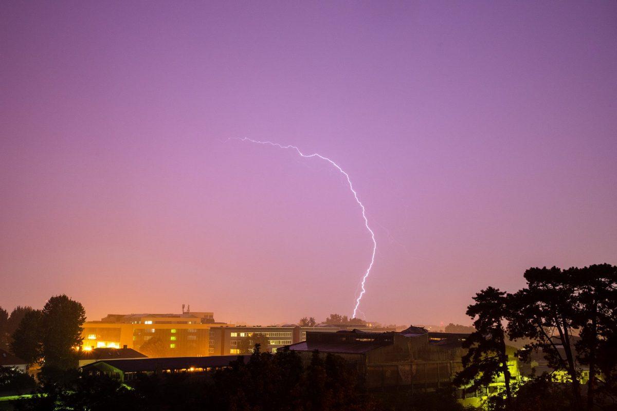 Munjevito  Foto: Marko Torić  Ključne riječi: Munje Noc Nevrijeme Grad Nebo