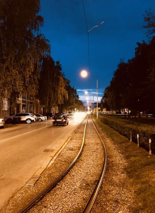 Tamo, tamo daleko  Foto: Tomislav Dukmenić  Ključne riječi: Mjesec Noc Grad Tracnice Cesta Promet