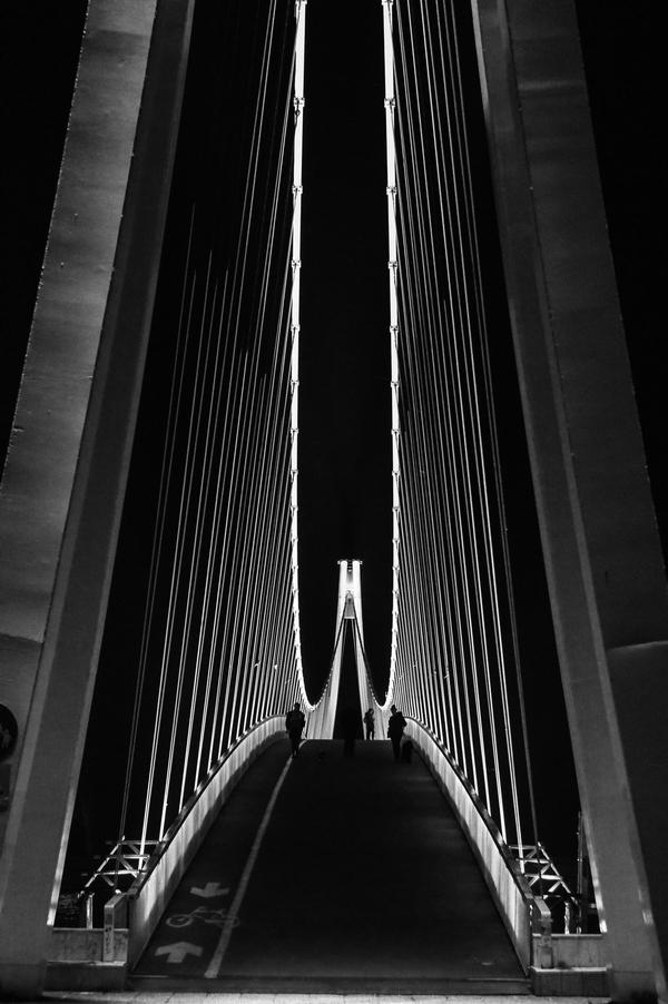 Crno bijeli svijet  Foto: Josip Krolo  Ključne riječi: Most Ljudi