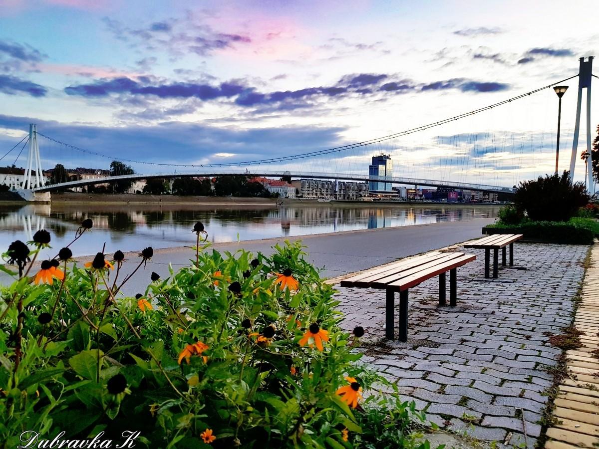S druge strane  Foto: Dubravka Krmpota  Ključne riječi: Klupe Priroda Oblaci Most Drava