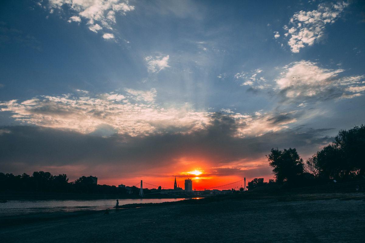 Oblaci iznad grada  Foto: Matej Jugović  Ključne riječi: Oblaci Nebo Priroda Zalazak Drava Grad