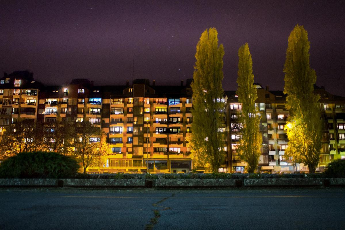 Svjetla zgrada  Foto: Zvonimir Haramustek  Ključne riječi: Priroda Noc Zgrade Svjetlo