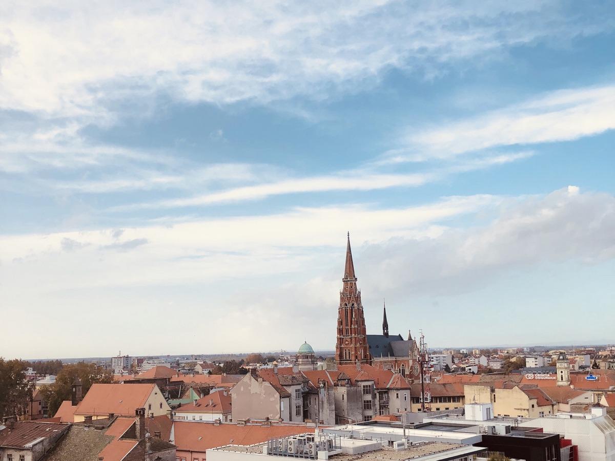 U daljini  Foto: Bernarda Čepo  Ključne riječi: Konkatedrala Oblaci Grad