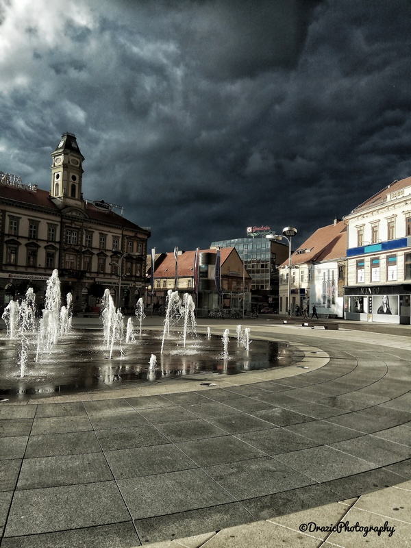 Tmurni oblaci nad gradom  Foto: Dorotea Dražić  Ključne riječi: Trg Oblaci Kisa Priroda Gradevine