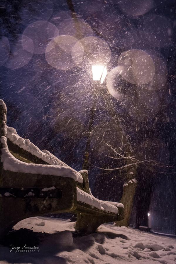 Prošlogodišnji snijeg  Foto: Josip Ivanušec     Ključne riječi: Snijeg Klupa Noc Priroda Zima