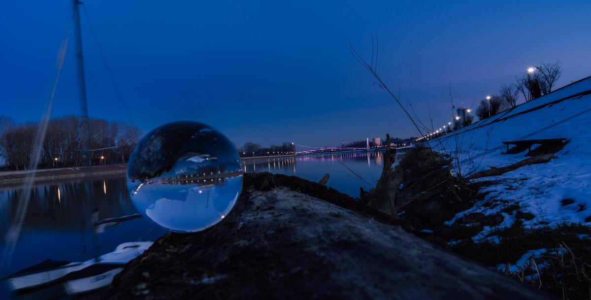 Snježna kugla  Foto: Vladimir Tolj  Ključne riječi: Snijeg Drava Most Noc Kugla Priroda