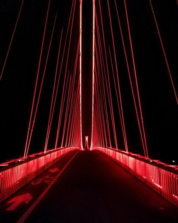 Crveni most  Foto: Josipa Crnčić  Ključne riječi: Pjesacki most