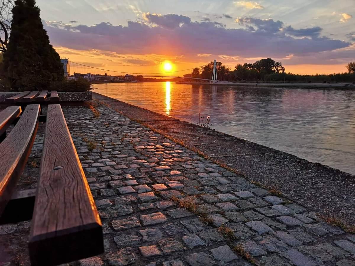 Osječki zalazak  Foto: Josipa Tokić  Ključne riječi: Sunce Zalazak Grad Vecer