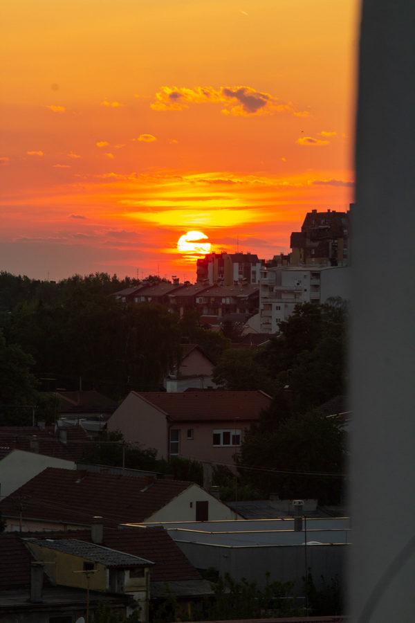 Zlatno sunce  Foto: Matej Jugović  Ključne riječi: Sunce Oblaci Nebo Grad Zgrade Vecer