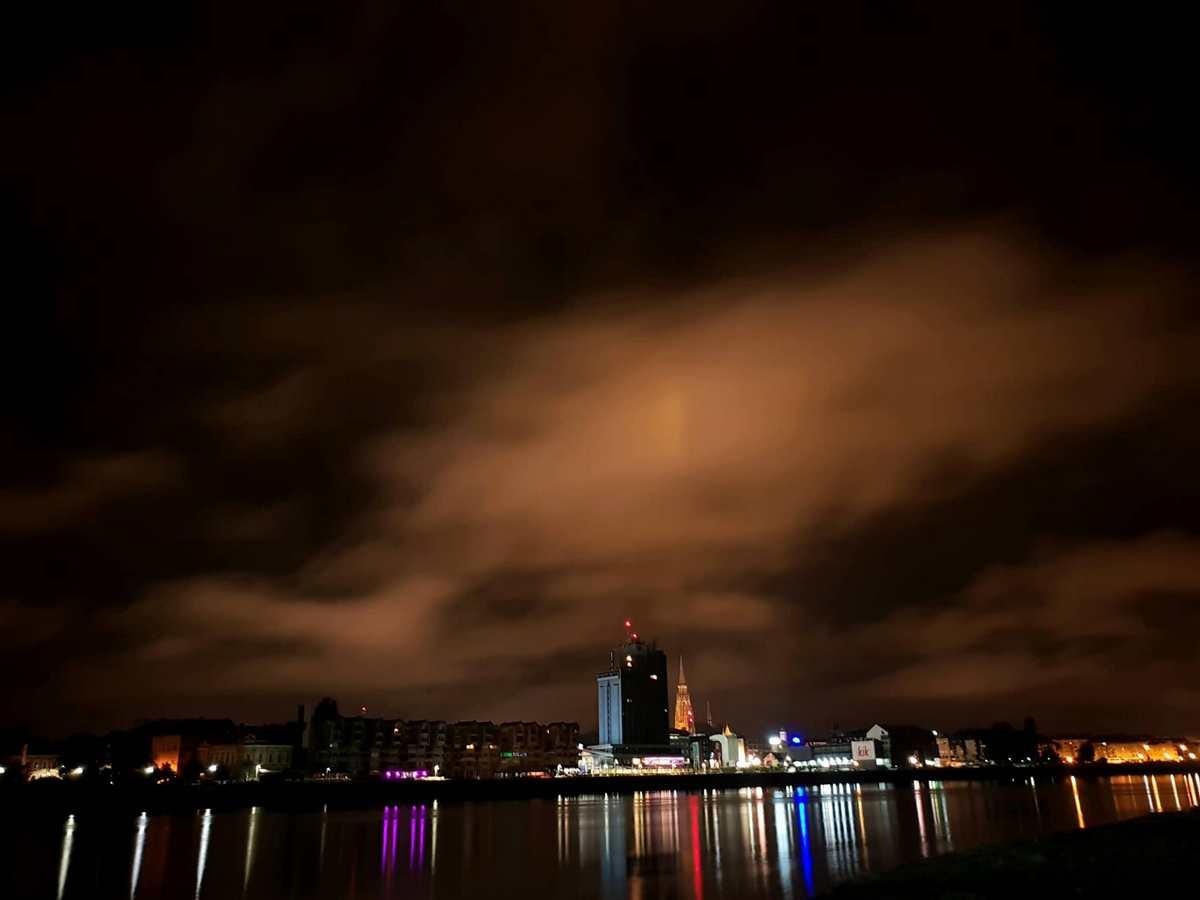 Osijek noću  Foto: Antonio Urbanović  Ključne riječi: Grad Drava Noc Oblaci