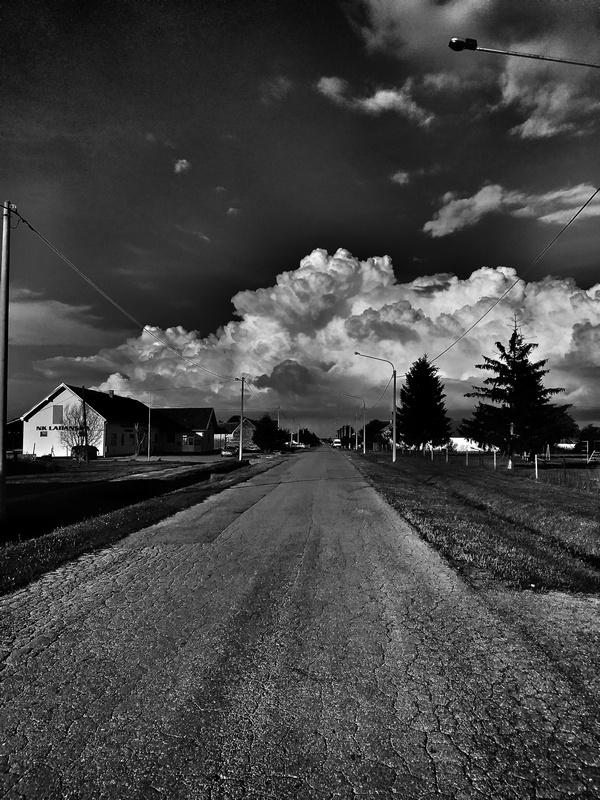 Crno-bijeli svijet  Foto: Mihael Čorković  Ključne riječi: Put Priroda Kuca Oblaci