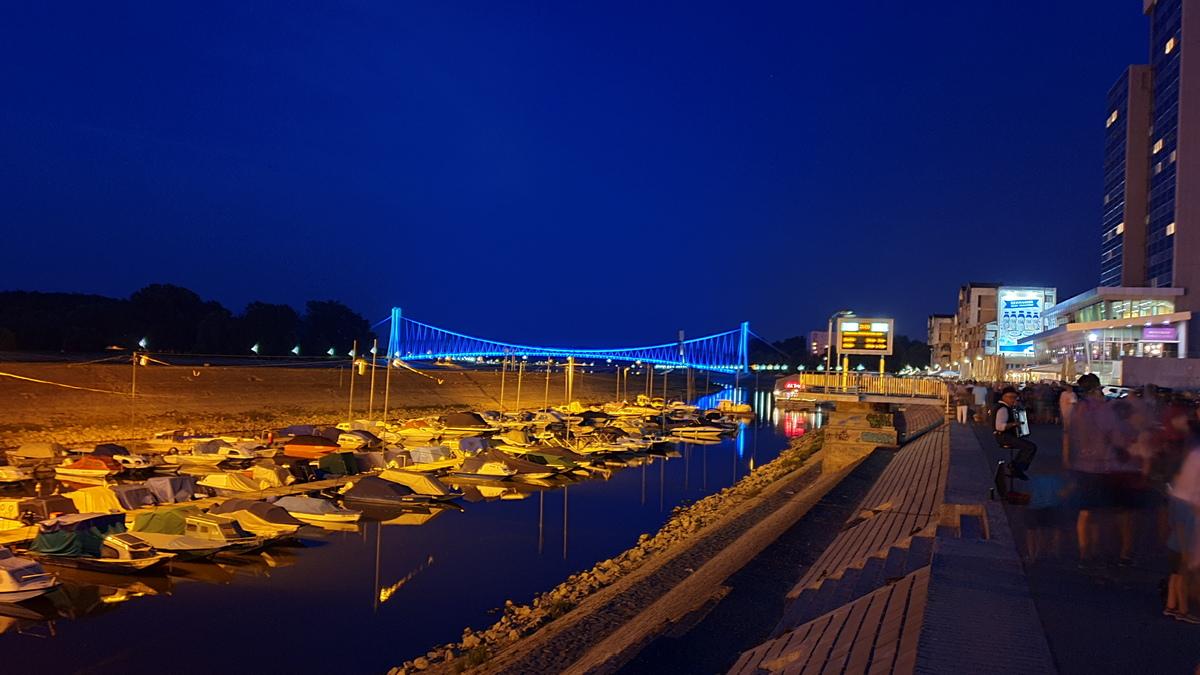Ljetna noć  Foto: Gordan Špringer  Ključne riječi: Svirac Drava Most Vecer Ljudi Nebo