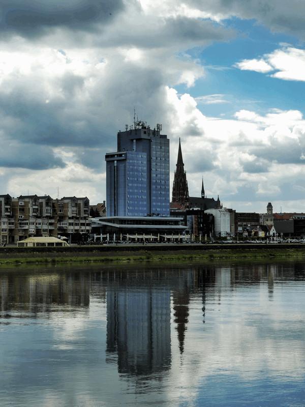 Hotel Osijek  Foto: Davor Seginj   Ključne riječi: Hotel Drava Oblaci Priroda Promenada