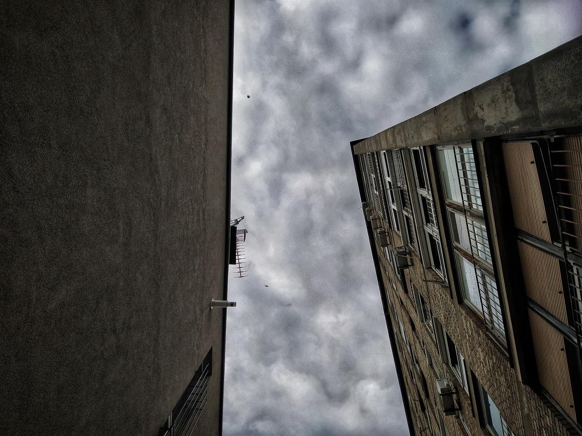 Prozori  Foto: Marko Ganjto  Ključne riječi: Ljepotica Zgrada Nebo Prozori