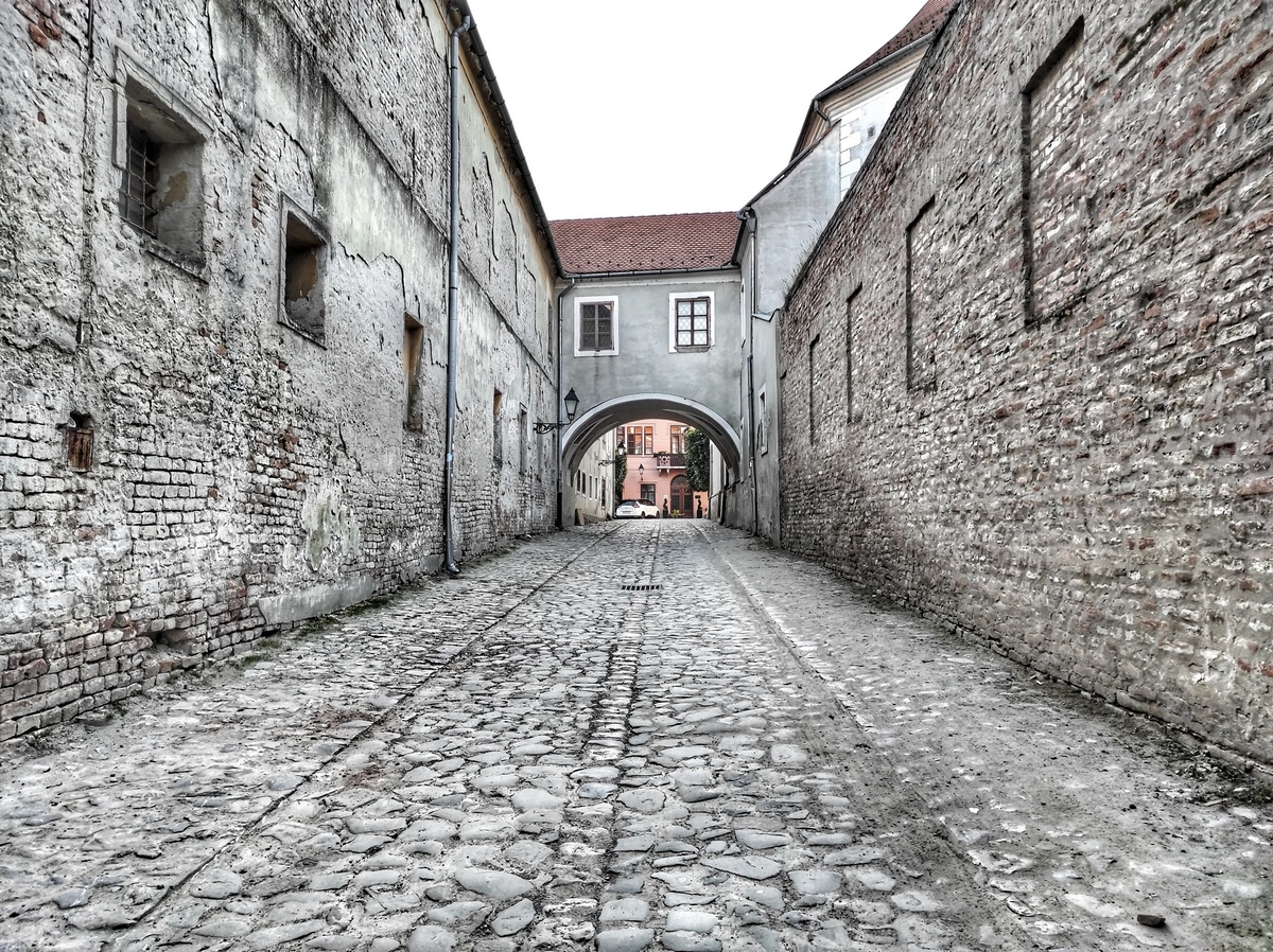 U Tvrđi  Foto: Igor Josipović  Ključne riječi: Tvrda Prolaz Zgrade