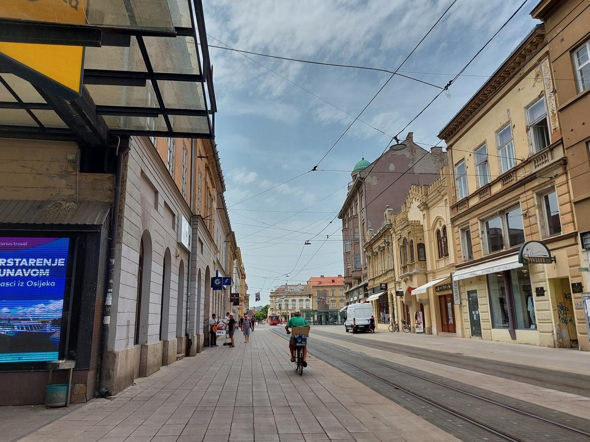 Korzo  Foto: Vlasta Vrkljan  Ključne riječi: Centar grada Korzo Biciklist Nebo