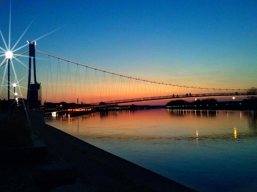 Grad tone u noć  Foto: Matej Prša  Ključne riječi: most drava voda noć zalazak