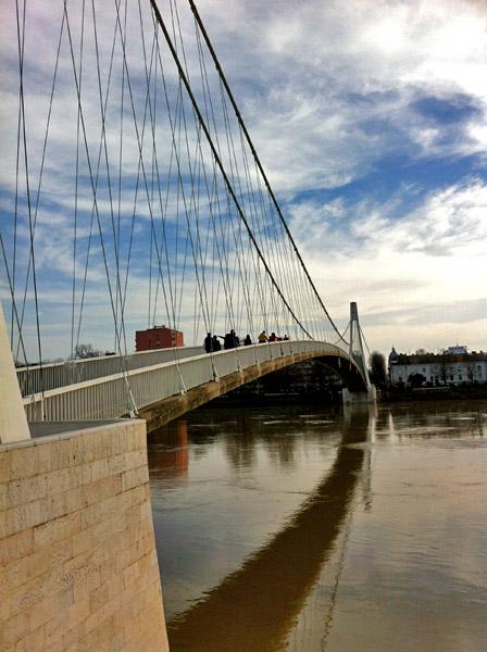 Vrijeme za šetnju..  Foto: Valentina Kojić  Ključne riječi: most drava refleksije oblaci setnja