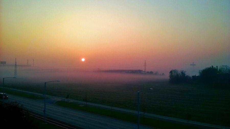 Magla na Bosutskom..  Foto: Valentina Kokošarević  Ključne riječi: magla bosutsko naselje nebo sumrak