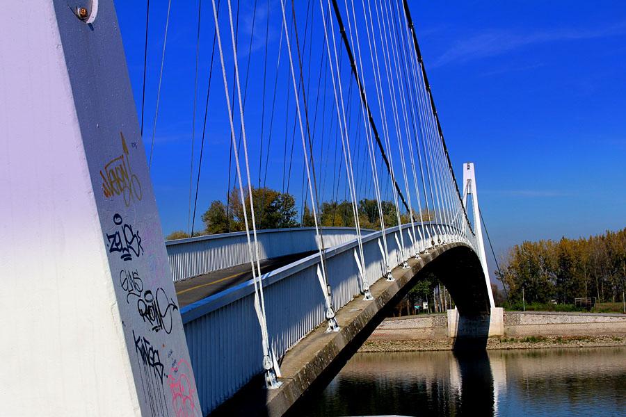 Grafiti na mostu  Foto: Iva Farkaš  Ključne riječi: grafiti most drava
