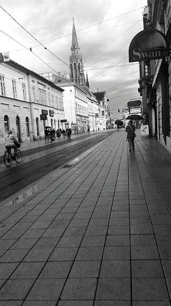 Crno-bijeli grad..  Foto: Ivana Radošević  Ključne riječi: crno bijelo grayscale b&w kapucinska ulica