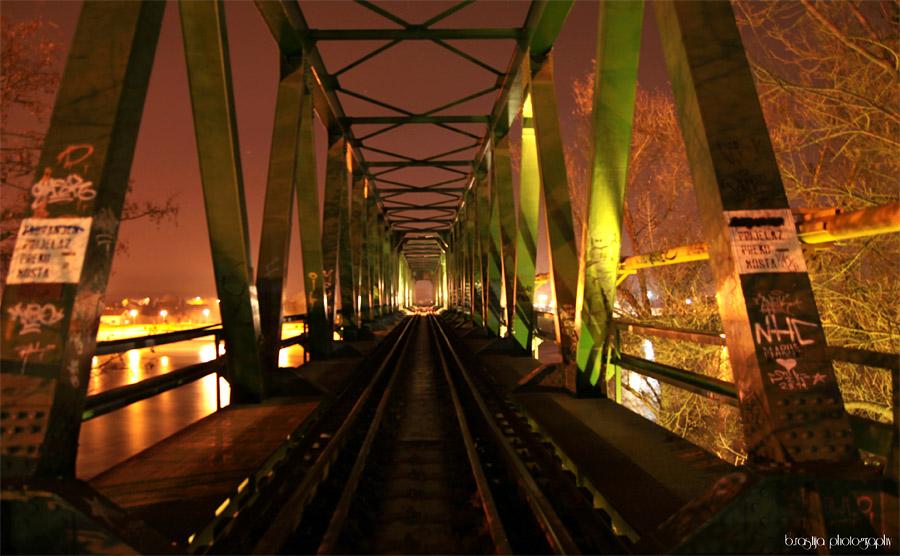 Vlakom preko Drave..  Foto: Bruno Rastija  Ključne riječi: most drava baranja oblaci nebo crveno sumrak noc pruga