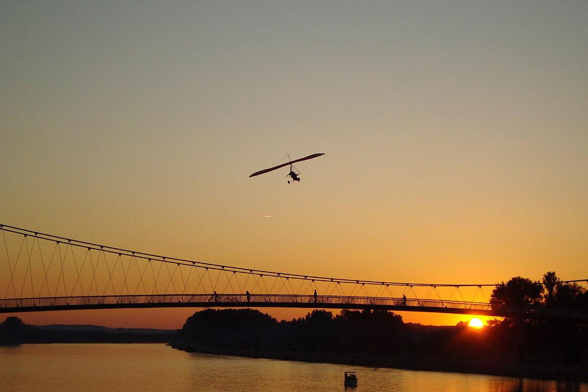 Večernji let  Foto: Ivan Periškić  Ključne riječi: vecernji let zmaj zalazak sunca drava most