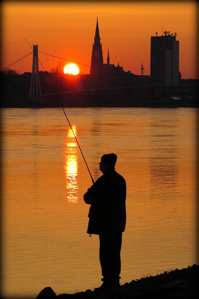 Pecanje pod zimskim suncem  Foto: Jelena Kasabašić  Ključne riječi: drava sunce zalazak zima hladno