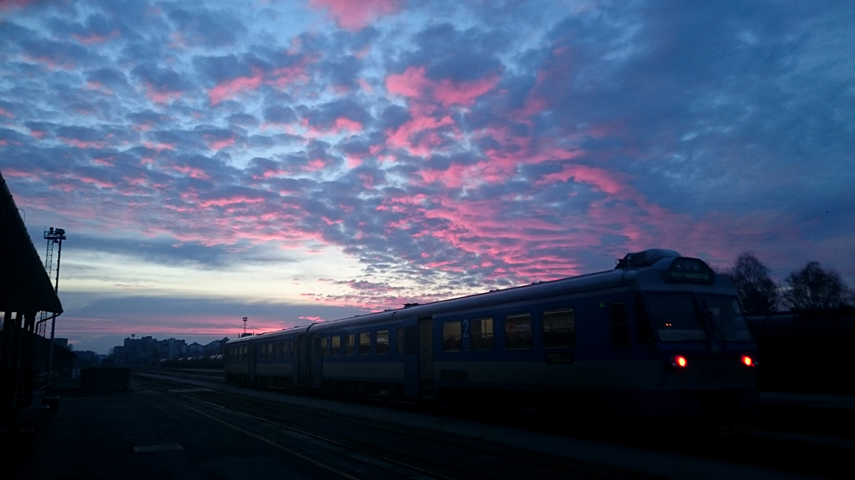 Kolodvor pod oblacima  Foto: Marina Pajić  Ključne riječi: kolodvor sumrak sviranje oblaci boje nebo