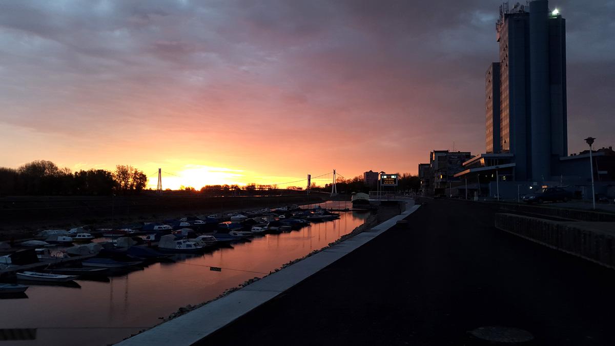 Grad na Dravi se budi  Foto: Jelena Novaković  Ključne riječi: grad dravi budi svitanje sunce oblacno